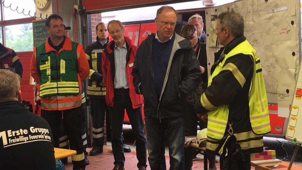 Regenfluten: Ministerpräsident Weil in Eldagsen bei den Helfern