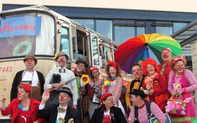 Kiwanis und Kewel spenden für Klinic Clowns