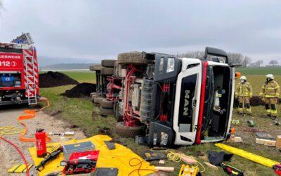 Feuerwehr rettet eingeklemmten LKW-Fahrer