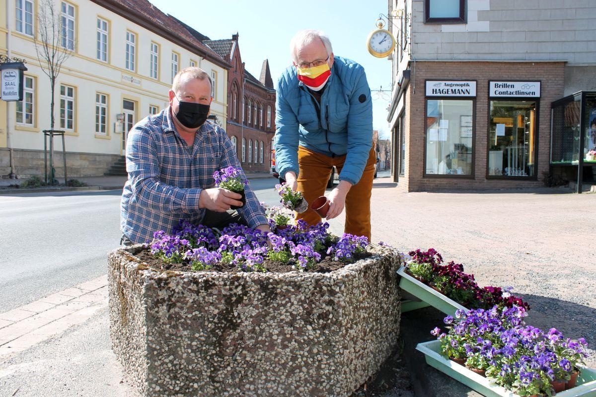 Frisch bepflanzte Blumenkübel bringen den Frühling nach Eldagsen
